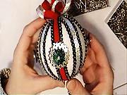 Červeno-stříbrná vánoční koule