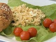 Míchaná vajíčka na kvasnicích - recept na míchaná vajíčka na kvasnicích s pažitkou