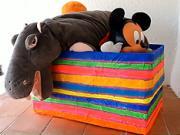 Jak se dá kartonová krabice předělat na pestrý box na hračky.