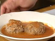 Masové kuličky v rajčatové omáčce - recept na masové kuličky v omáčce z rajčat, česneku a hovězího vývaru