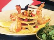Grilované krevety - recept na krevety na zelenině s parmazánovými chipsy