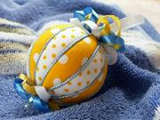 Žluto-bílá vánoční koule - jak vyrobit vánoční kouli