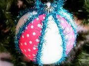 Bílo-modrá vánoční koule s chloupky