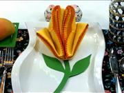 Skládání ubrousku do tvaru žluté růže