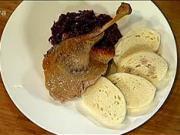 Pečená husa na jablkách - recept na pečenou husu s jablky, švestkami a medem
