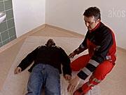 Stabilizovaná poloha -Jak uložit raněného do stabilizované polohy - První pomoc