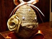 Velikonoční vajíčko zdobeno šňůrkou