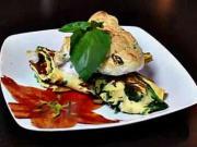Omeleta se sýrovou příchutí, špenátem a cuketou zapečená s bylinkovým sněhem