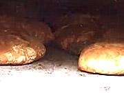 Tradiční domácí chléb pečený v peci