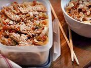 Vaječné nudle - recept na  nudle s kuřecím masem, arašídy a sezamem
