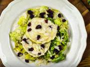 Salát se zapečeným kozím sýrem a brusinkami - recept