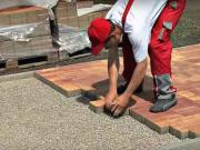 Pokládka betonové dlažby - jak se klade zámková dlažba v exteriéru