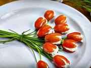 Rajčata plněné sýrem - recept pro rajčatový tulipány plněné sýrovou směsí