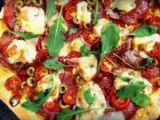 Pizza z kynutého těsta (focaccia) se salámem, olivami a chilli papričkami - recept
