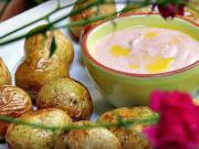 Pečené brambory - recept na pečené brambory s dipem ze zakysané smetany