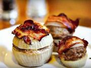 Masové koule zapečené s cibulí a slaninou.- recept