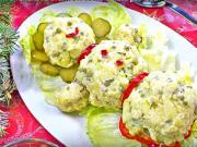 Vánoční sněhulák z bramborového salátu - vánoční bramborový salát ve tvaru sněhuláka