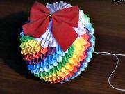 Duhová vánoční koule z papíru