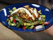 Řecký salát s chřestem a sýrem halloumi - recept