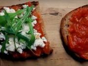 Zapékaný toast s rajčatovým džemem a sýrem feta