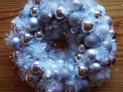 Věneček z girlandy a vánočních koulí