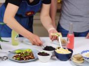 Naučím tě jak si vyrobit fajnové nachos s guacamole a cheddar omáčkou od píky. Pusť si k nim dobrý film a ušetříš na lí